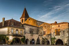 bikever bike hiring rental regions south west places cities unusual landscape monpazier square dordogne